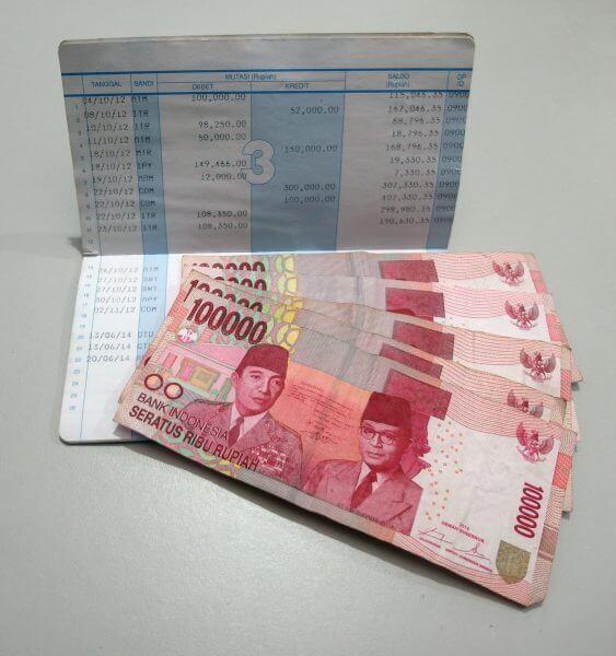 Buku rekening bank BCA dan uang setoran