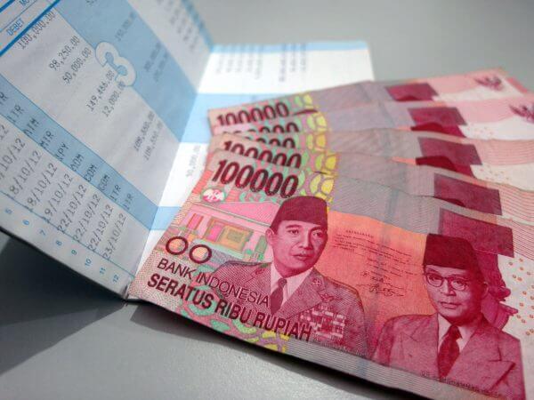 Buku tabungan rekening BCA dan uang