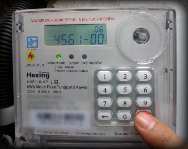 Menekan 6 digit angka (456100) pada meteran token listrik prabayar