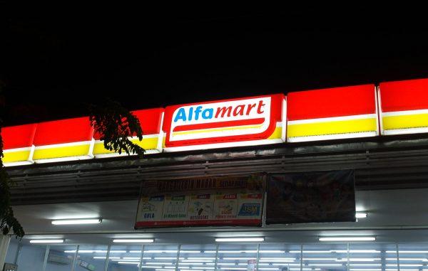Logo neon di gerai Alfamart